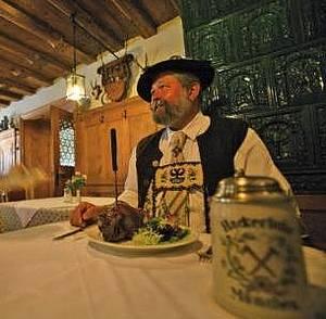 Hans beim Essen in der Alten Post in Oberammergau