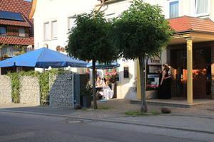 Außenfassade mit Biergarten