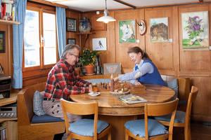 Suzanne + John am Stammtisch