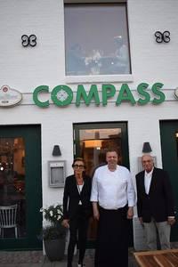 Das Team des Restaurant Compass vor dem Restaurant (c) Wochenschau