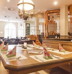 Tisch vor Braukessel, © Husums Brauhaus