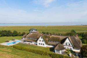 Blick aufs Hotel, (c) Lundenbergsand Nordsee Hideaway & Spa