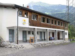 Das Sporti liegt unmittelbar zwischen Eishalle und Talstation Grüsch-Danusa