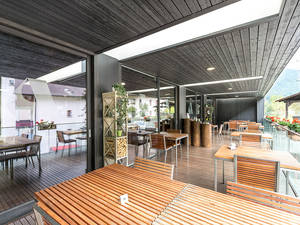 Die gedeckte Terrasse bietet im Sommer zusätzlichen Freiraum