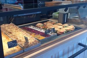 Kuchen und Snacks in der Filiale in Husum-Dreimühlen (c) Meyer's Bäckerei