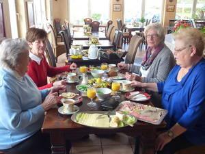 Eine gute Tasse Kaffee zum leckeren Frühstück genießen die Damen bei Heidi