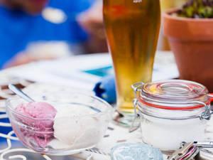 Gedeckter Tisch mit Bier, Eis und Zucher.