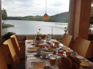 Seeblick vom Gastraum aus - © Hotel Restaurant Fischerheim