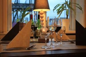 Blick von innen auf den Husumer Hafen (c) Restaurant Kilian