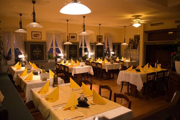 Restaurant Akropolis Hausach Gastraum Abend