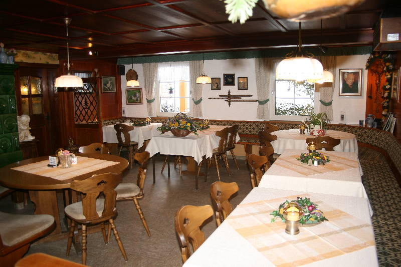 Rustikale Gaststube mit Kachelofen