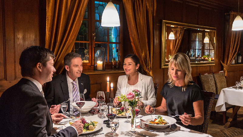 Ganter Hotel & Restaurant Mohren/4 Personen beim Abendessen - © Ganter Hotel & Restaurant Mohren