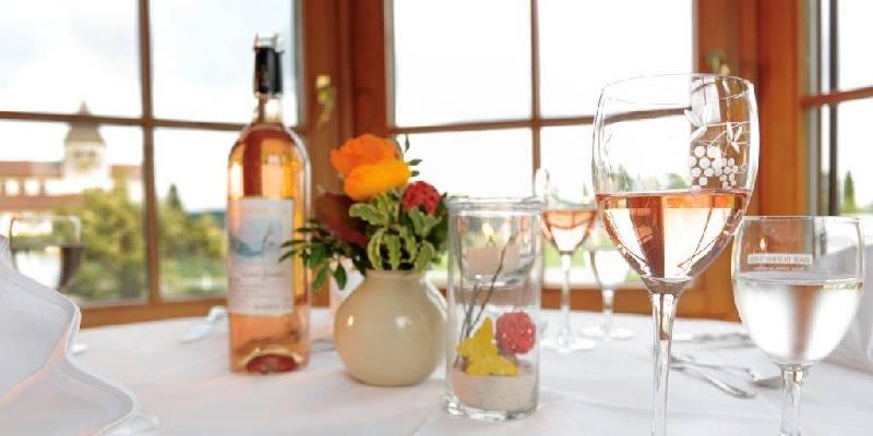 Hotel-Restaurant Kreuz GmbH/Tisch mit Gläsern und einem Reichenauer Rose - © Hotel-Restaurant Kreuz GmbH