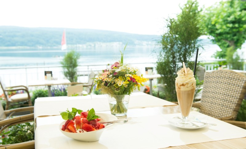 Strandhotel Löchnerhaus/Eisbecher und Blumenstrauß auf Tisch auf der Terrasse - © Strandhotel Löchnerhaus