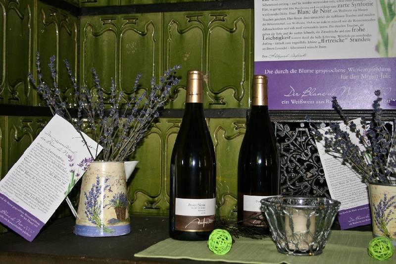 Küferstüble/2 Flaschen Wein und Deko auf der Ofenbank - © Küferstüble