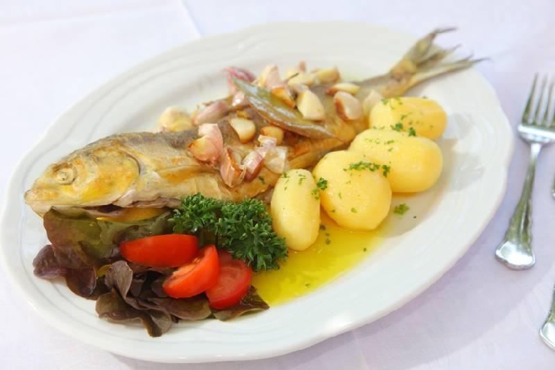 Zum alten Mesmer/ganzer Fisch mit Kartoffeln und Salatgarnitur - © Zum alten Mesmer