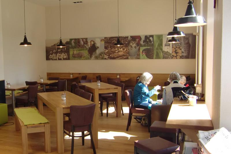 Modern und hell eingerichtetes Cafe, © Anja Linner
