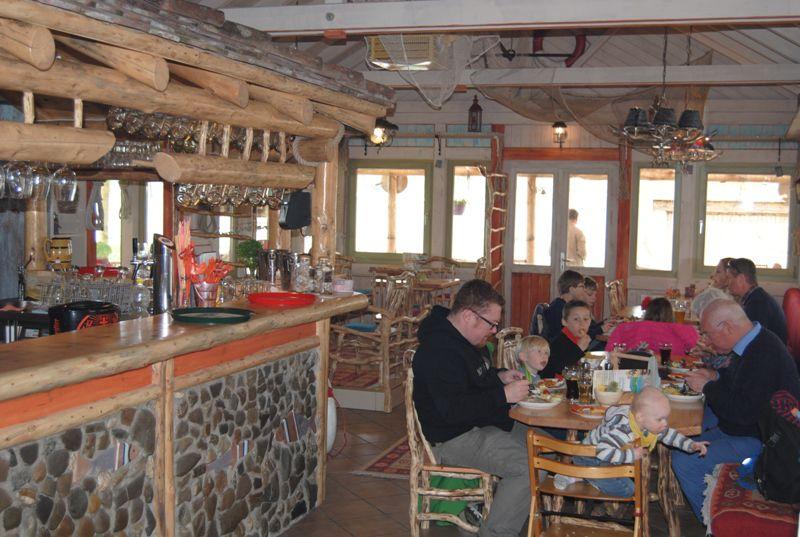 Georg's Fischerhütte/Innen mit Gästen beim Essen - © Georg's Fischerhütte