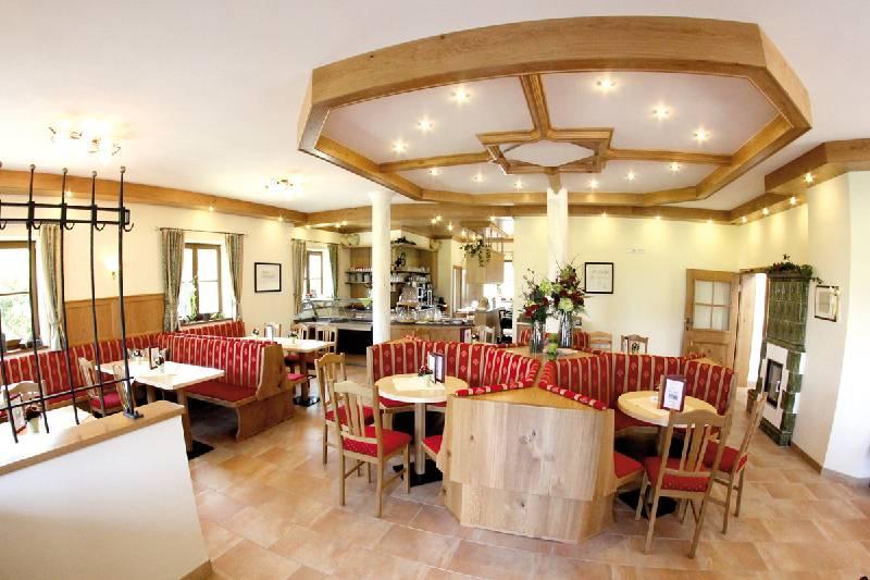 Helle und moderne Innenräume des Cafes