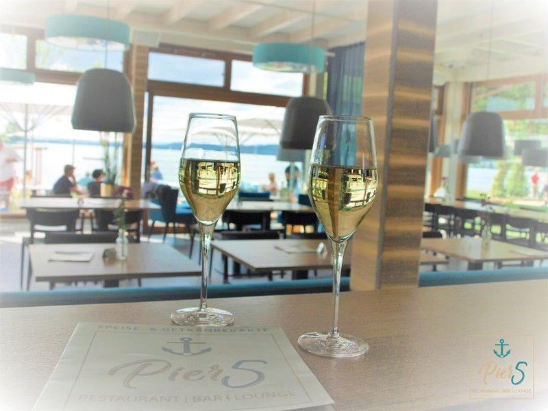 Pier 5/Theke mit 2 Gläsern Wein - © Pier 5