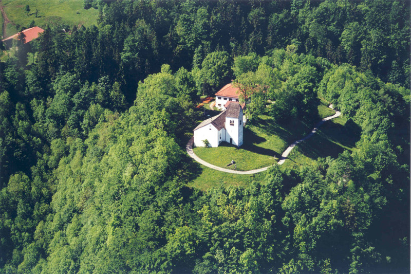 Luftaufnahme Berggasthaus Petersberg mit Petersbergkircherl