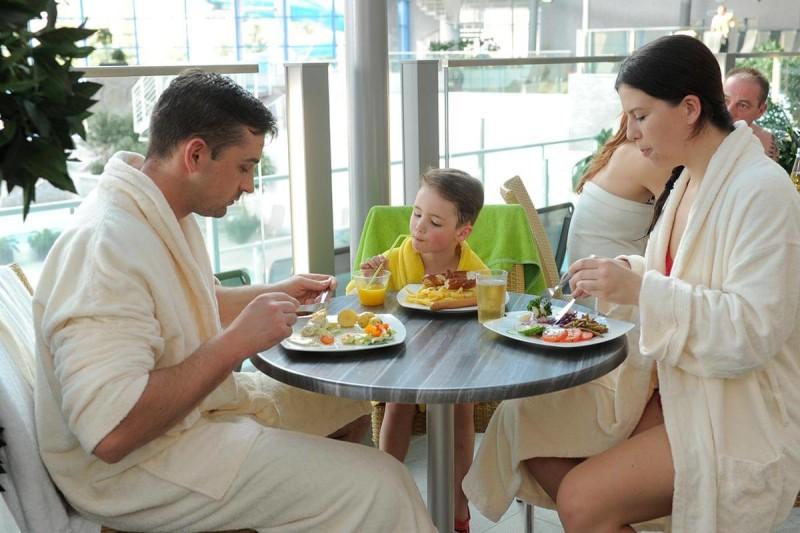 Familie im Familien-Bistro im H2Oberhof Wellnessbad