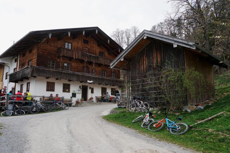 Dandlberalm mit Radfahrer © Chiemsee-Alpenland Tourismus