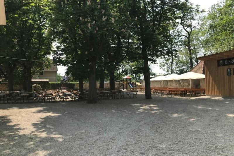 Klosterbiergarten Biburg hinter historischen Klostermauern_© Klosterbiergarten Biburg