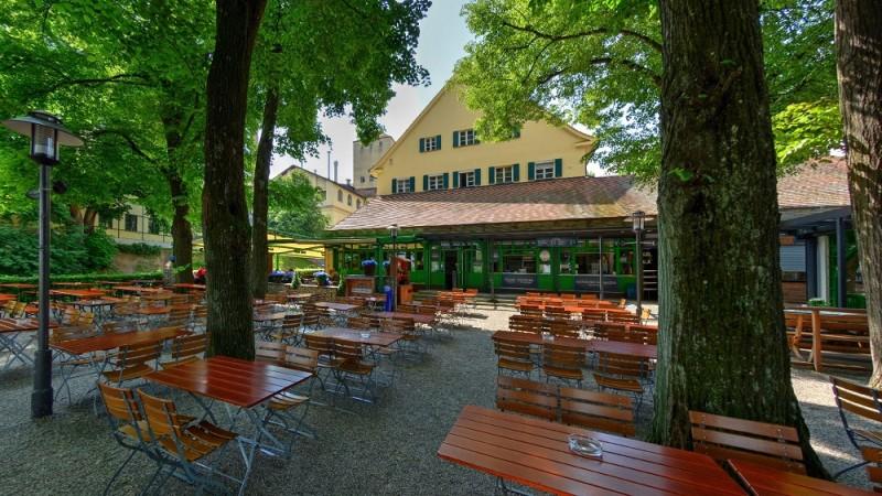 Schattiger Biergarten mit toller Aussicht und Selbstbedienung im Bräustüberl Weihenstephan in Freising