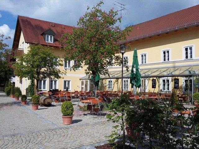 Zum Alten Wirt_Außenansicht mit Biergarten des alten Wirt Langenbach