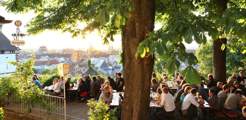 Biergarten Kastaniengarten Freiburg mit Blick über die Stadt © Greiffenegg Schlössle