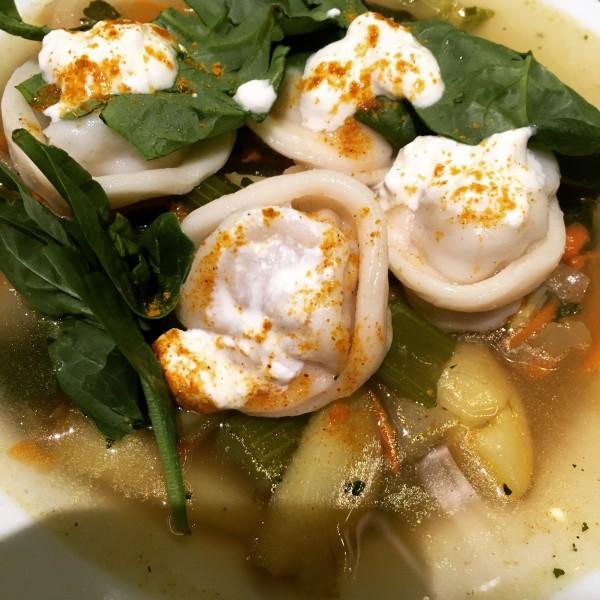 Suppe mit Bioland-Marktgemüse und Pelmeni mit Bio-Sauerrahm © Rike Meier